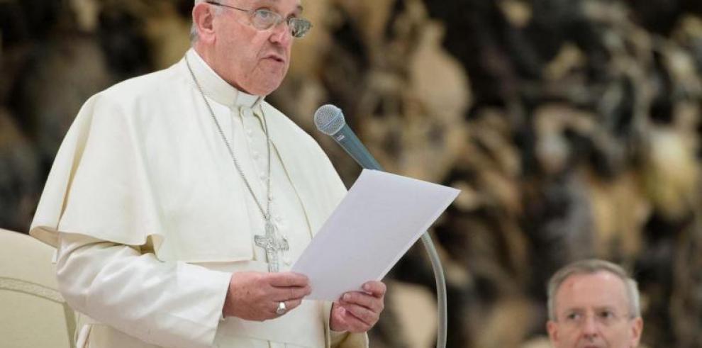 Papa critica el