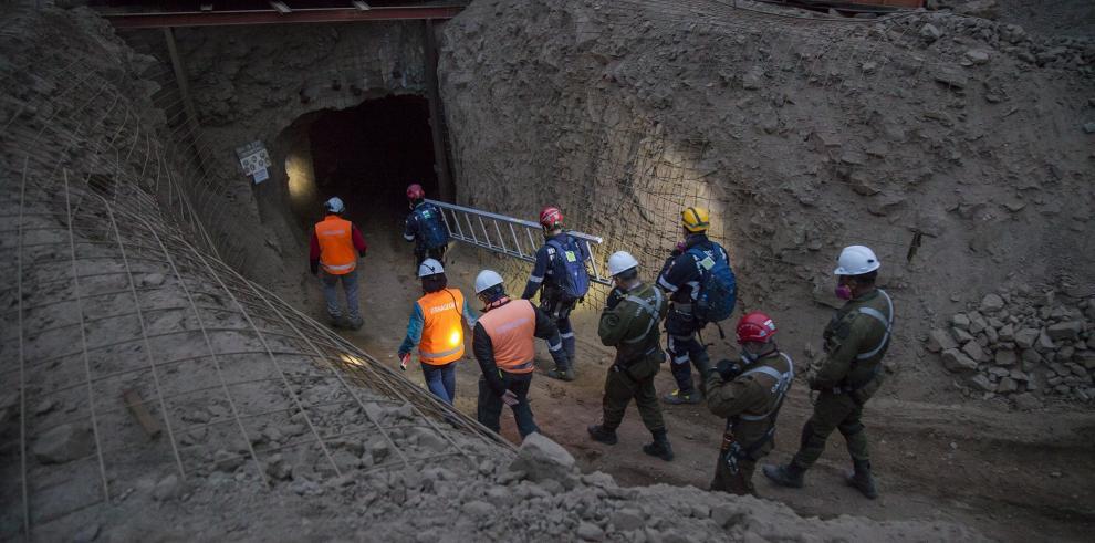 Autoridades chilenas rescatan a uno de los mineros del derrumbe en Tocopilla