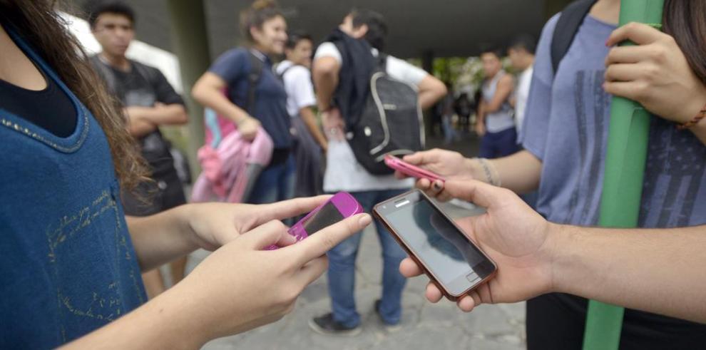 OEI aboga por regular el uso de celulares en los recreos de las escuelas