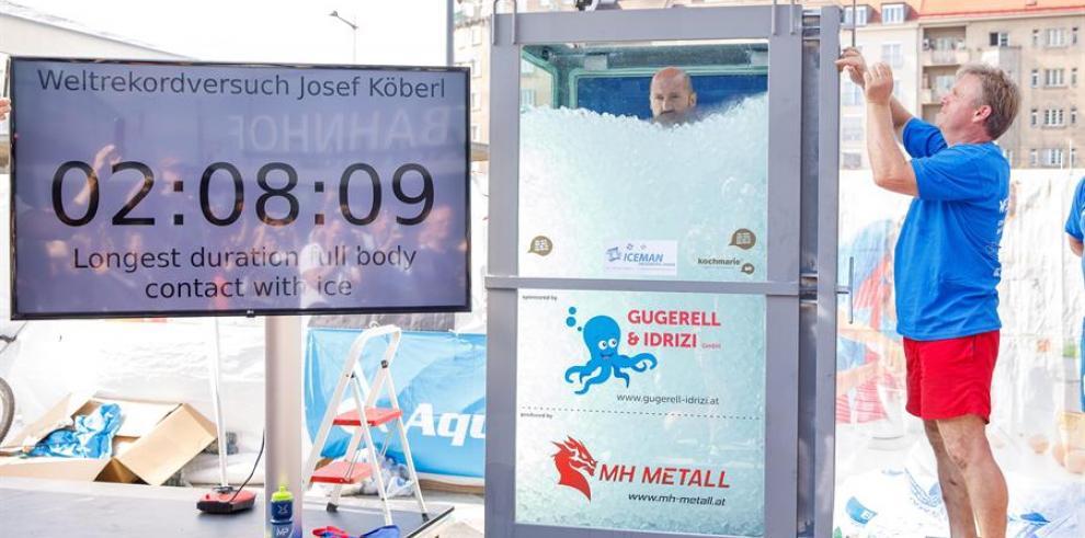 Un austríaco bate el récord mundial dentro de una cabina llena de cubos de hielo