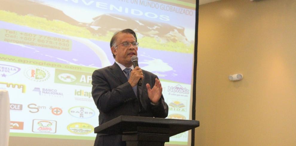 Productores de leche piden a ministro Valderrama apoyo ante cierre de empresas