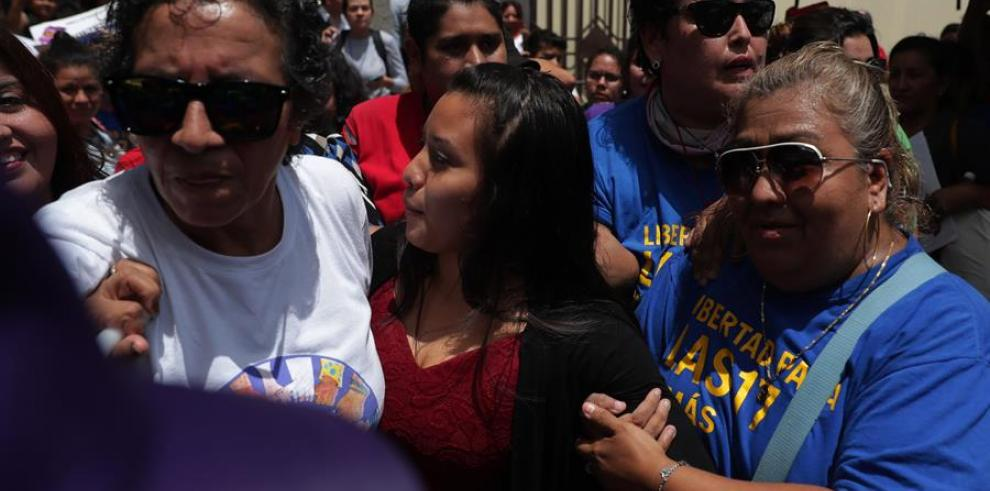 Defensa de salvadoreña acusada de homicidio por aborto confía en absolución