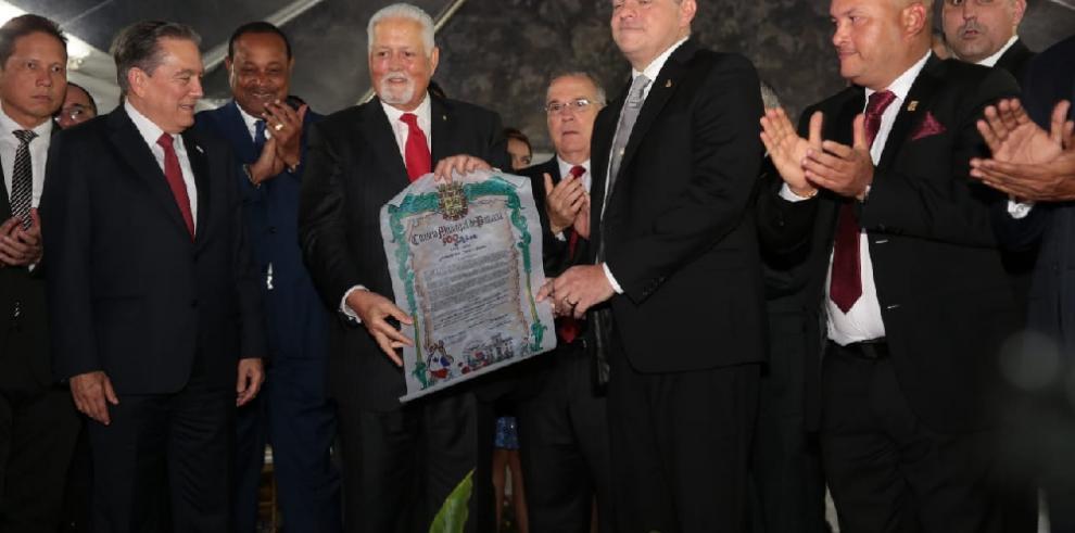 Entregan Llave de la Ciudad al expresidente Ernesto Pérez Balladares