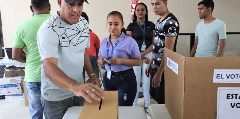 Practican el voto electrónico para las elecciones