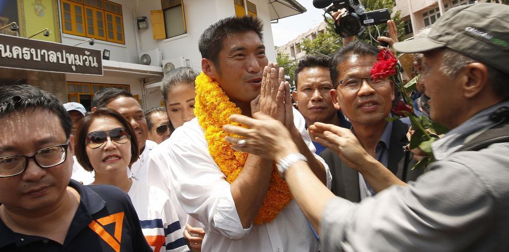 Político antijunta de Tailandia declara ante la Policía acusado de sedición