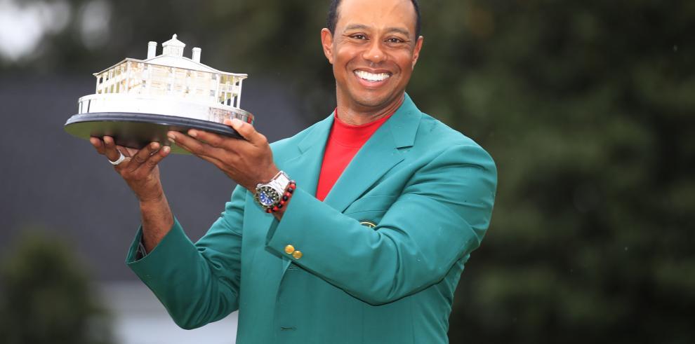 Tiger Woods se viste con su quinta