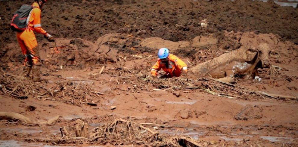 Continúa rescate de víctimas tras rotura de represa en Brasil