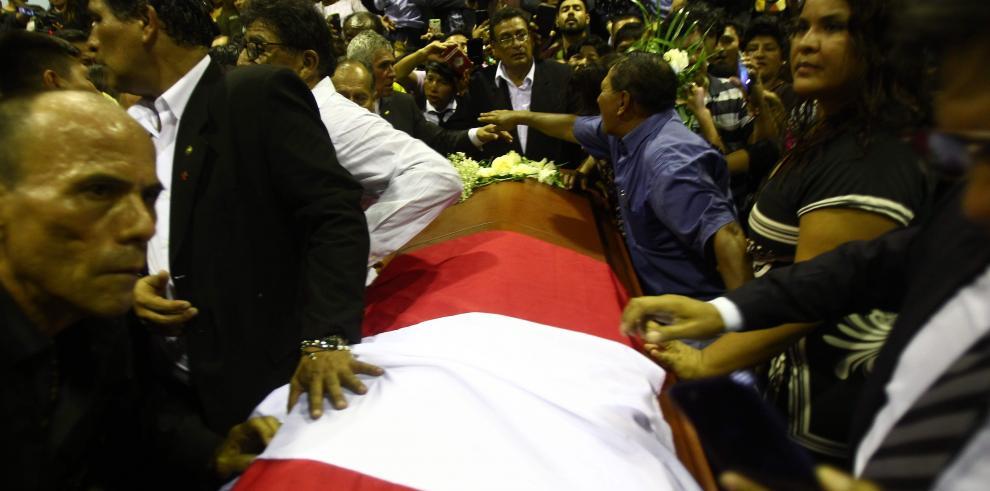 Políticos, partidarios y seguidores despiden a Alan García en sede de partido
