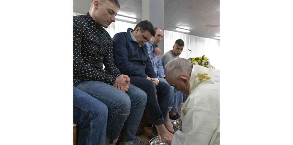 El papa lavó los pies a doce presos y les animó a