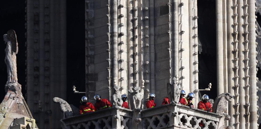 Macron rinde homenaje a los bomberos que extinguieron el fuego de Notre Dame