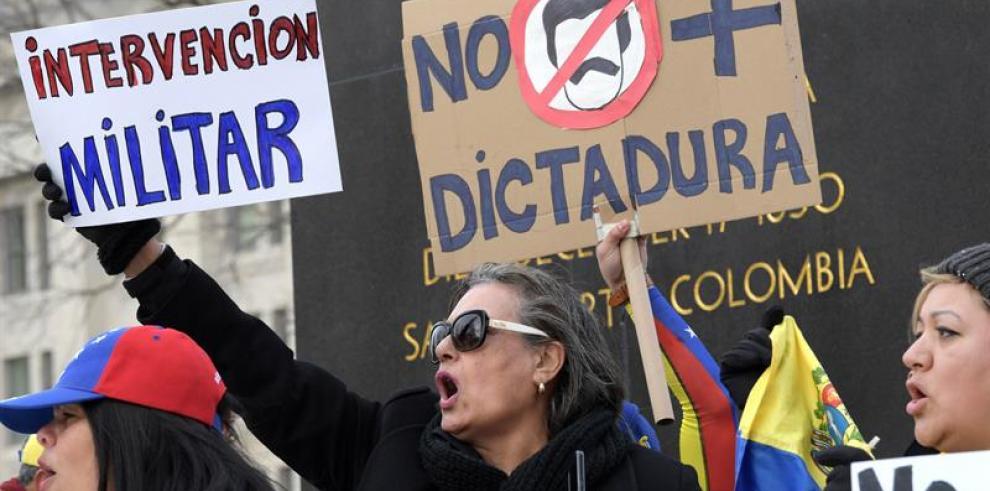 Policía dispersa con gases lacrimógenos manifestaciones opositoras en Caracas