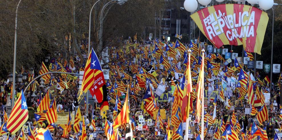 Multitudinaria marcha en Madrid contra juicio a independentistas catalanes