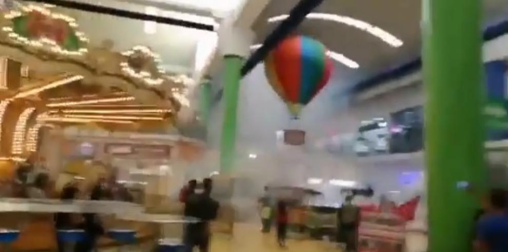 Persona lanza fuegos artificiales dentro de Albrook Mall