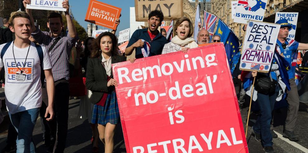 El Parlamento británico debate y vota cinco enmiendas sobre el