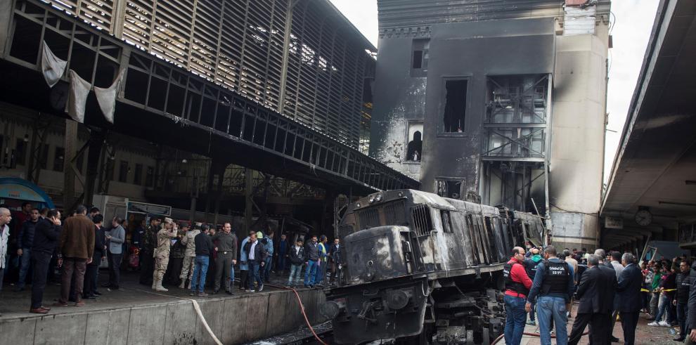 El fuego se traga a la gente en el andén número 6 de la estación de El Cairo
