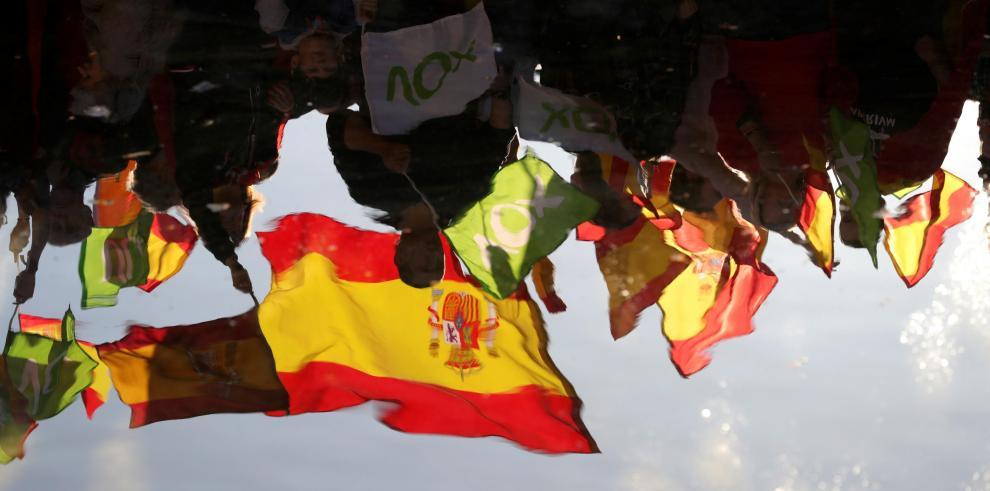 Españoles viven un día de calma y reflexión ante las elecciones más abiertas
