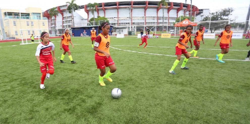 Las niñas regresan para jugar al fútbol