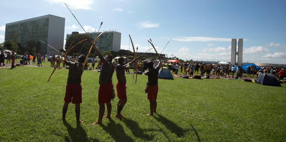 Cientos de indígenas acampan en Brasilia para protestar contra Bolsonaro