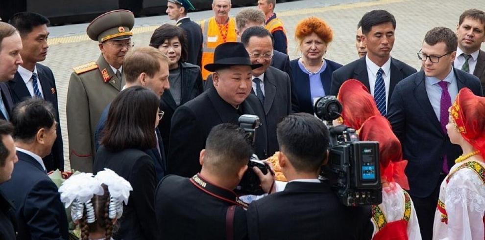 Kim Jong-un llega a Vladivostok, donde es recibido con honores militares