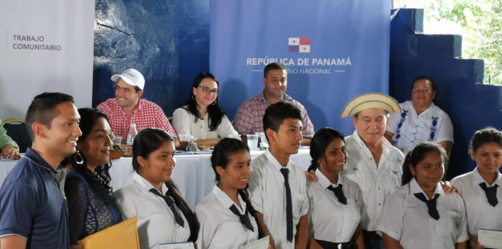 Entregan 110 becas a estudiantes coclesanos