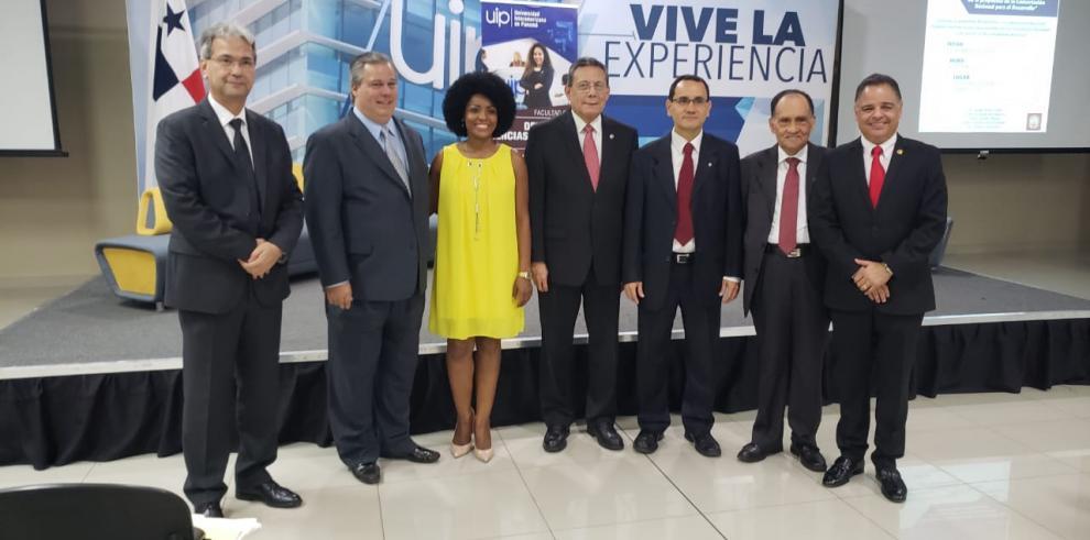 Debate sobre reformas constitucionales llega a la Universidad Interamericana
