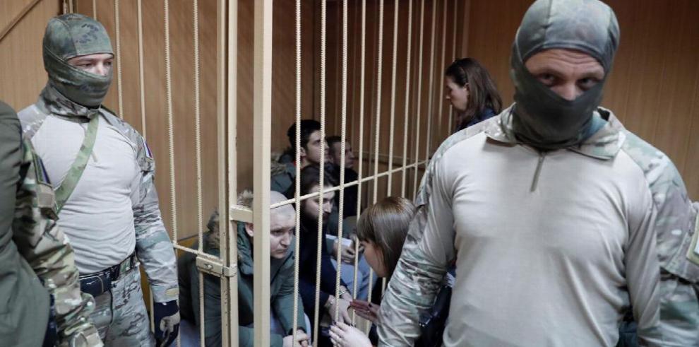 Rusia prolonga arresto a marineros de Ucrania