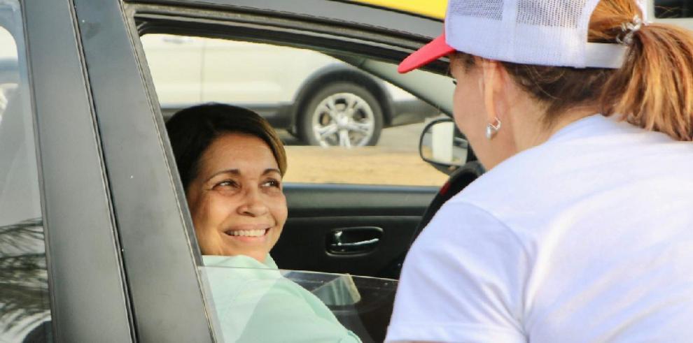 Yazmin de Cortizo recorrió el circuito 8-8 en busca de votos para su esposo