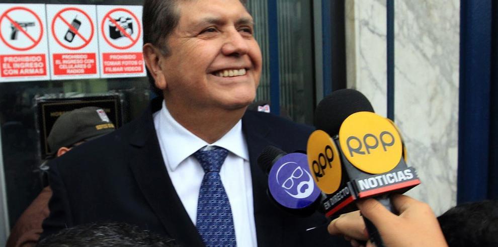 Muere expresidente peruano Alan García tras dispararse un tiro cuando iba a ser detenido
