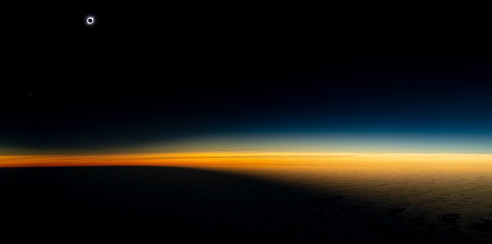 Registran eclipse solar desde un avión