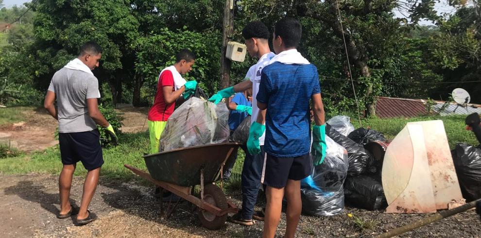 Familias colonenses participan en jornada de limpieza