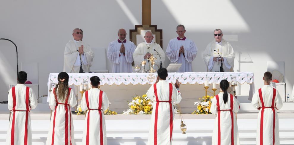 El papa culmina visita a Emiratos con multitudinaria misa