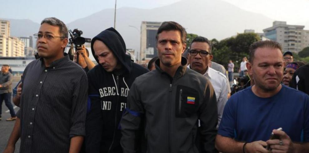 Leopoldo López y su familia ingresan como