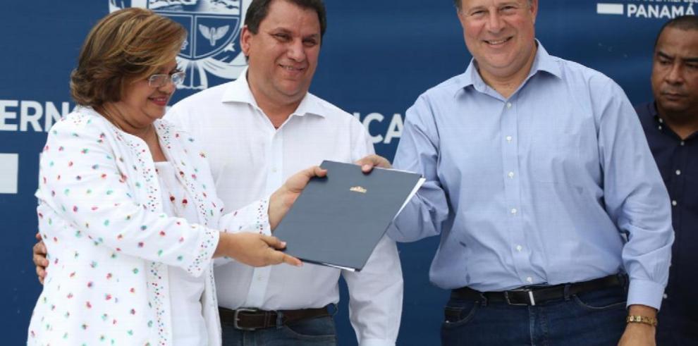Varela inauguró escuela modelo en Atalaya