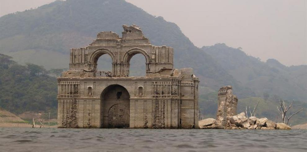 Convento colonial emerge de las aguas por sequía en el sureste de México