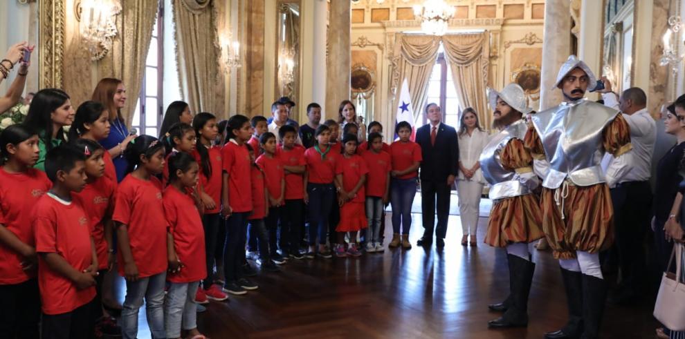Primera dama recibe a niños en el Palacio de Las Garzas