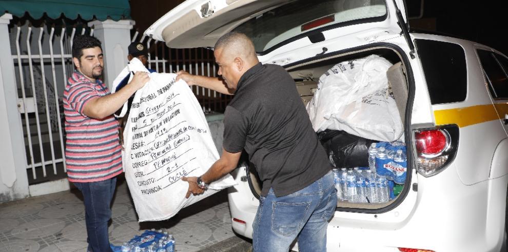 TE distribuye bolsas con las boletas de voto adelantado para presidente