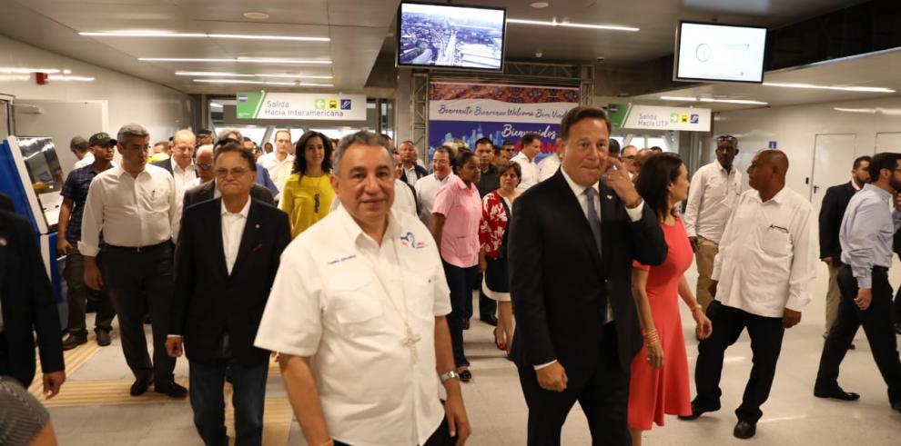 Varela y peregrinos realizan recorrido en la Línea 2 del Metro