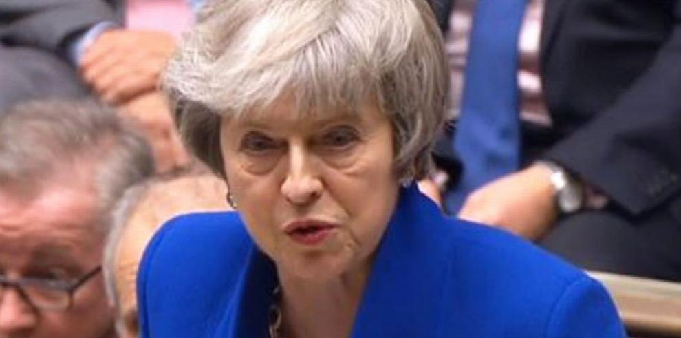 May sobrevive a moción de censura, sin 'plan B' al brexit