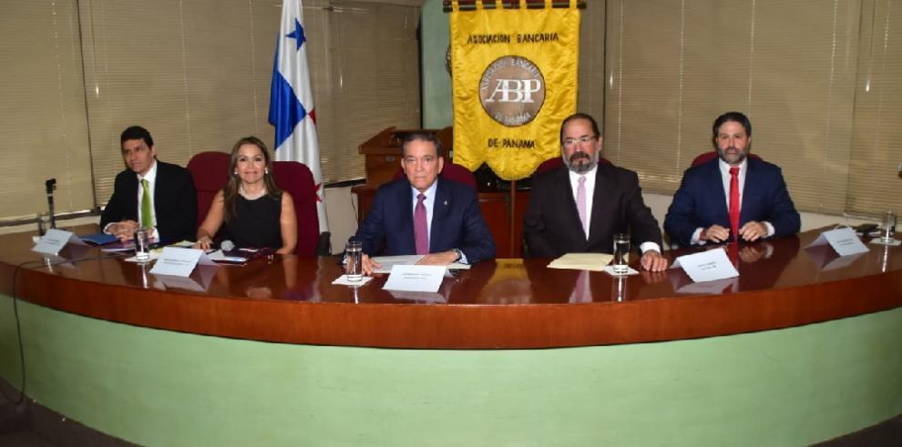 Cortizo se reúne con banqueros y promete respaldo hasta que Panamá salga de lista gris