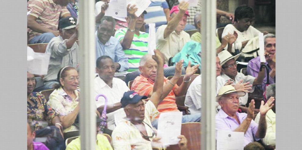 Jubilados protestan tras suspenderse sesión para aprobar bono especial