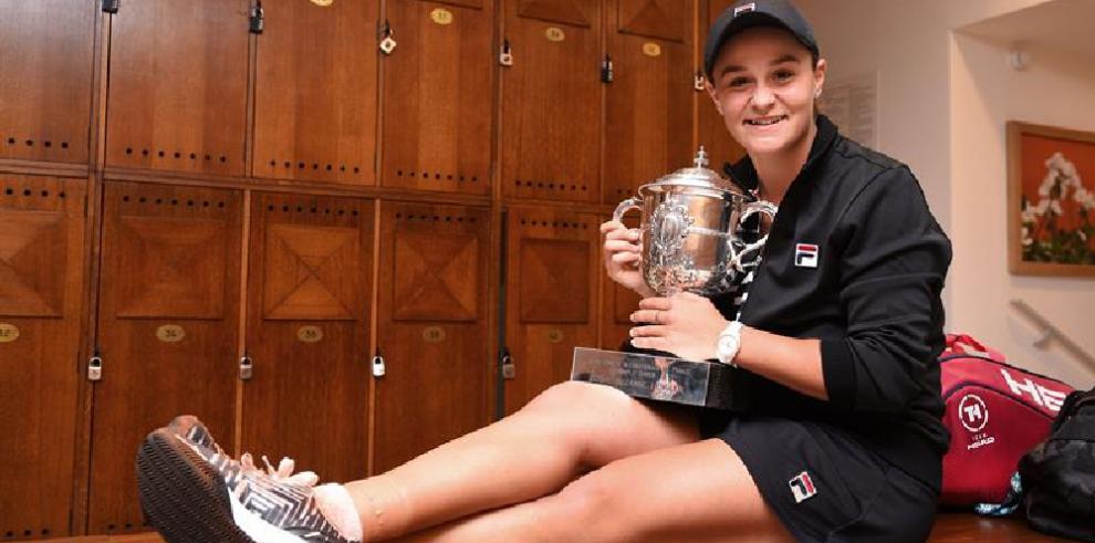 La australiana Ashleigh Barty se alza con la copa Roland Garros 2019