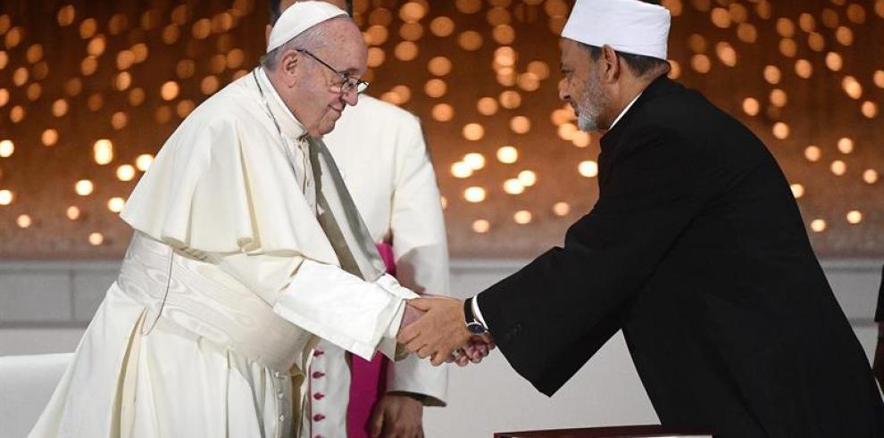 El papa y gran imán de Al Azhar firman documento de
