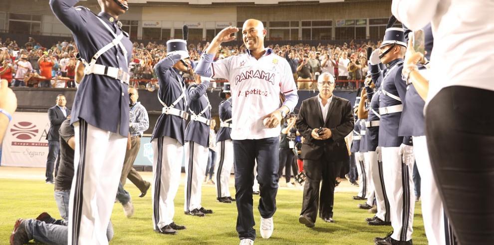 Mariano Rivera hace el lanzamiento de honor en la Serie del Caribe