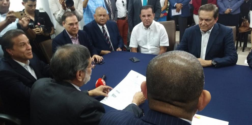 Cortizo presenta a Carrizo ante el TE como su vicepresidente