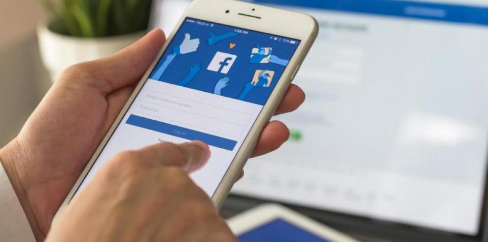 Facebook cumple 15 años rodeada de polémicas pero montada en el dólar
