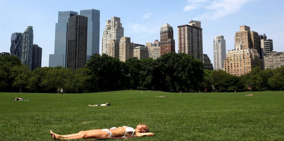 Neoyorquinos abarrotan piscinas y playas durante ola de calor