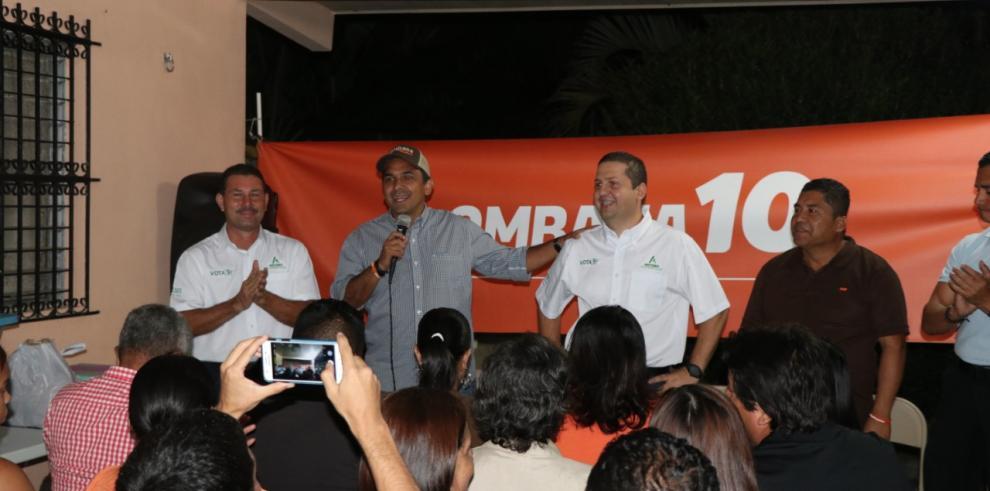 Lombana explica propuestas a moradores del circuito 8-9