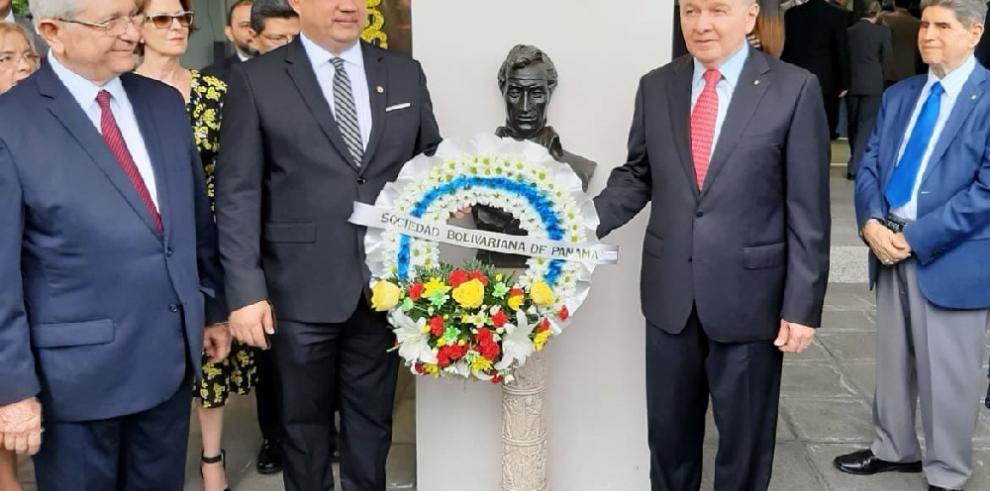 Parlatino conmemoran los 236 años del natalicio del libertador Simón Bolívar