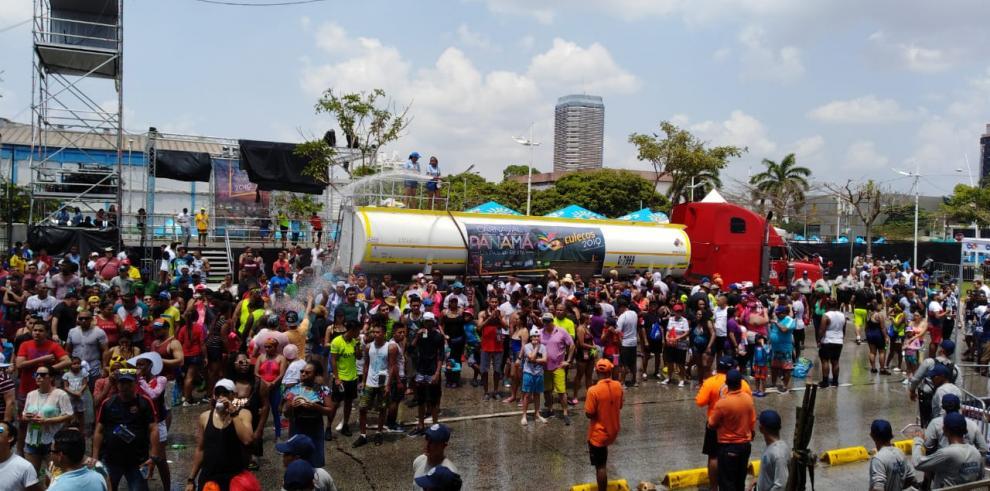 Cientos de personas acuden al primer día de carnaval en la Cinta Costera