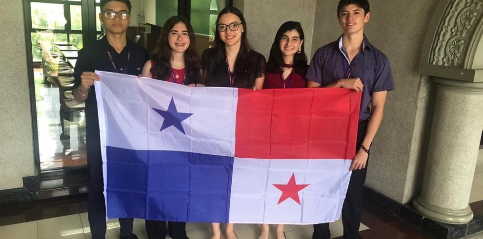 Panameños pasan a tercera ronda del campeonato de debate escolar